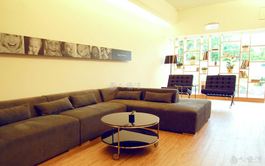 心樂活診所候診空間沙發區