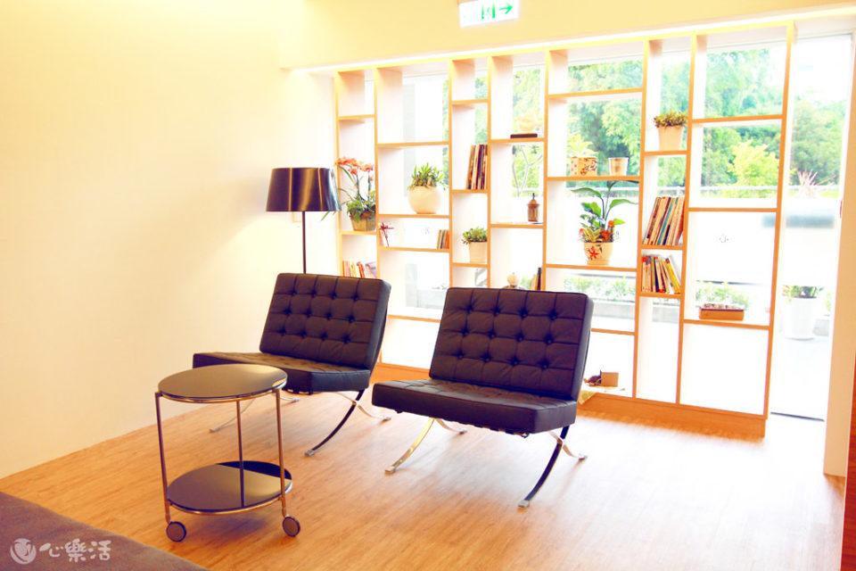 心樂活診所候診空間閱讀區